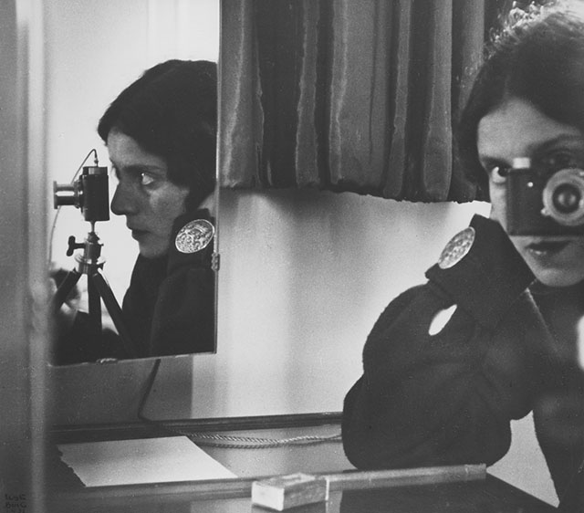 Selbstporträt Ilse Bing, 1931. Aus der Ausstellung AUGEN AUF! - 100 JAHRE LEICA-FOTOGRAFIE, 24. Oktober 2014 bis 11. Januar 2015 in den Deichtorhallen Hamburg / Haus der Photographie.