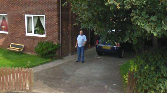 Eşinden bakımlı duman tabakası içerken Google Street View'a yakalandı