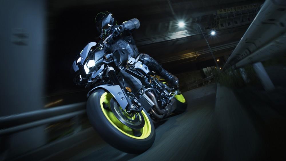 2016-Yamaha-MT-10-EU-Night-Fluo-Action-003