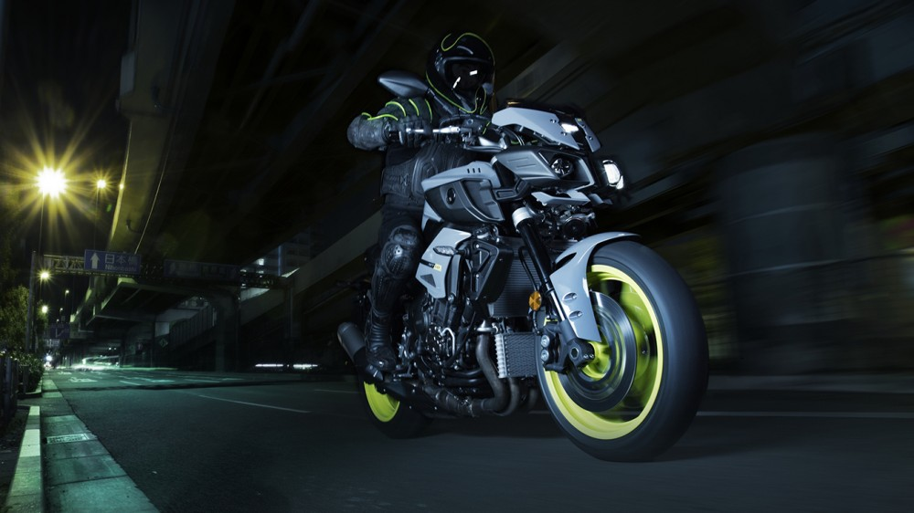 2016-Yamaha-MT-10-EU-Night-Fluo-Action-005