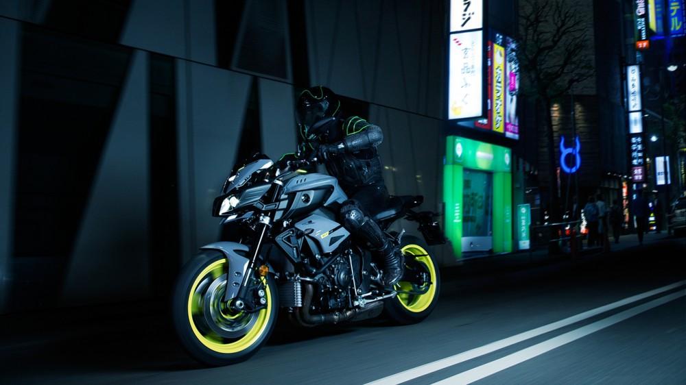 2016-Yamaha-MT-10-EU-Night-Fluo-Action-009