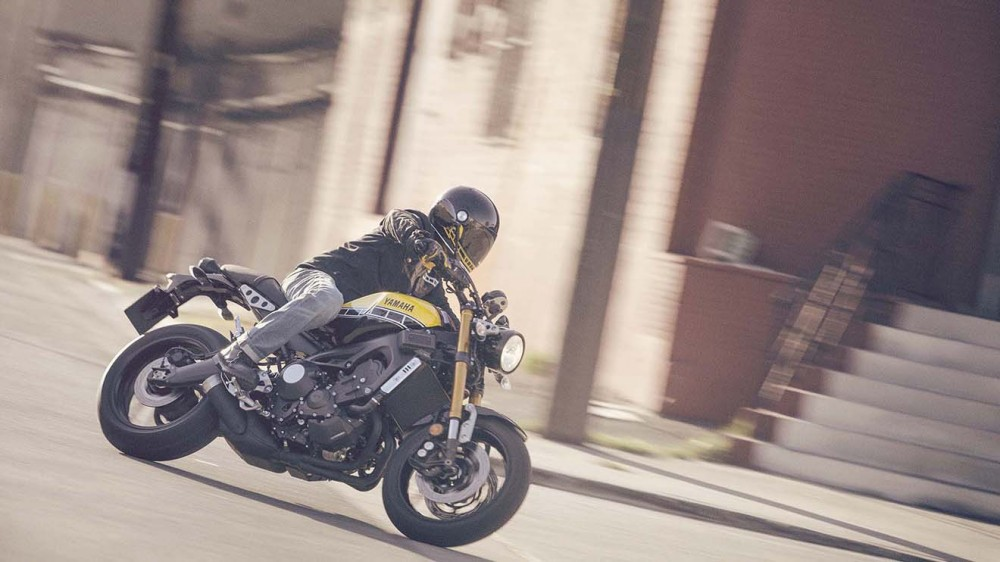 2016-Yamaha-XSR900-action-03