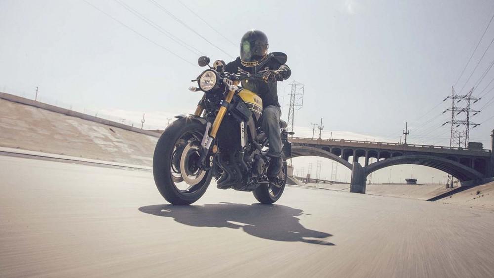 2016-Yamaha-XSR900-action-06