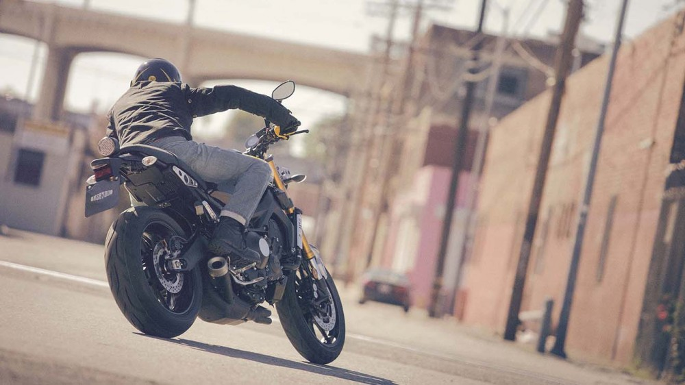 2016-Yamaha-XSR900-action-07