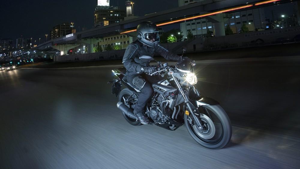 2016-Yamaha-MT250-EU-Midnight-Black-Action-002
