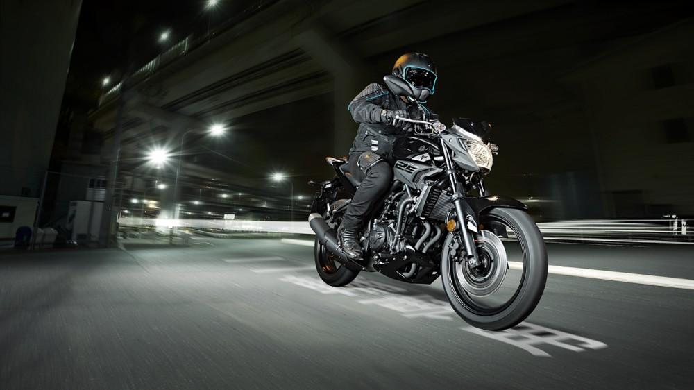 2016-Yamaha-MT250-EU-Midnight-Black-Action-003