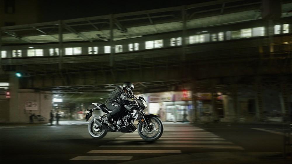 2016-Yamaha-MT250-EU-Midnight-Black-Action-005