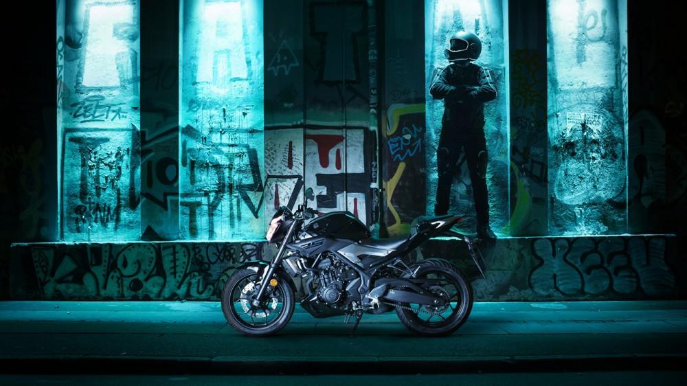 2016-Yamaha-MT250-EU-Midnight-Black-Static-002