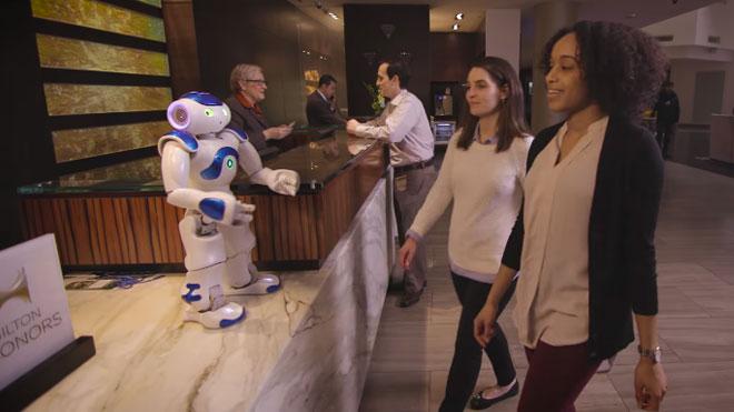 Hilton'un lobisinde misafirleri robot görevli karşılıyor