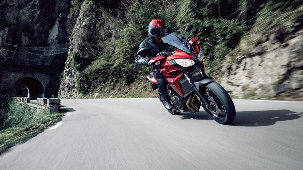 2016-Yamaha-MT07TR-EU-Radical-Red-Action-002