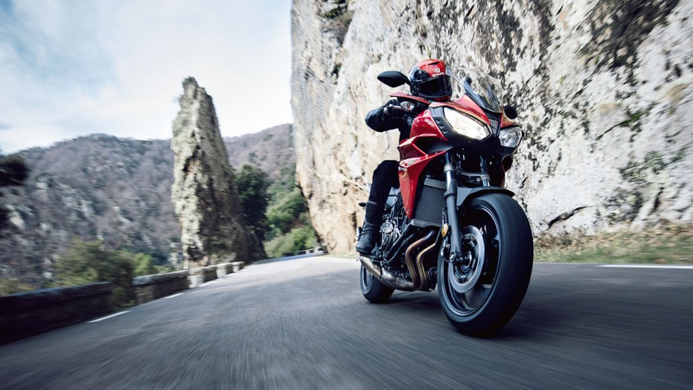 2016-Yamaha-MT07TR-EU-Radical-Red-Action-004