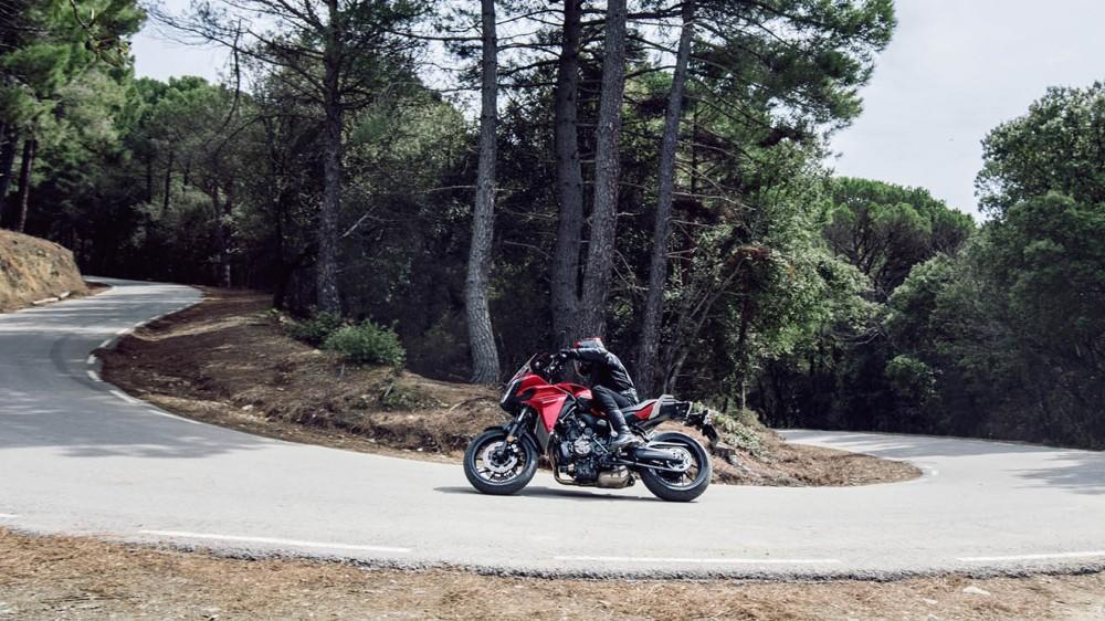 2016-Yamaha-MT07TR-EU-Radical-Red-Action-006