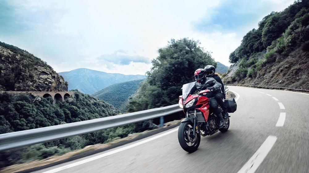 2016-Yamaha-MT07TR-EU-Radical-Red-Action-008
