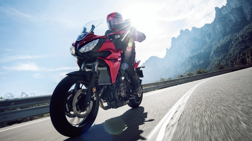 2016-Yamaha-MT07TR-EU-Radical-Red-Action-010
