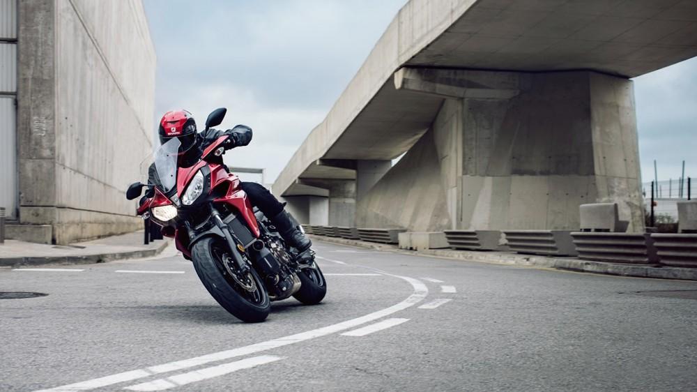 2016-Yamaha-MT07TR-EU-Radical-Red-Action-011
