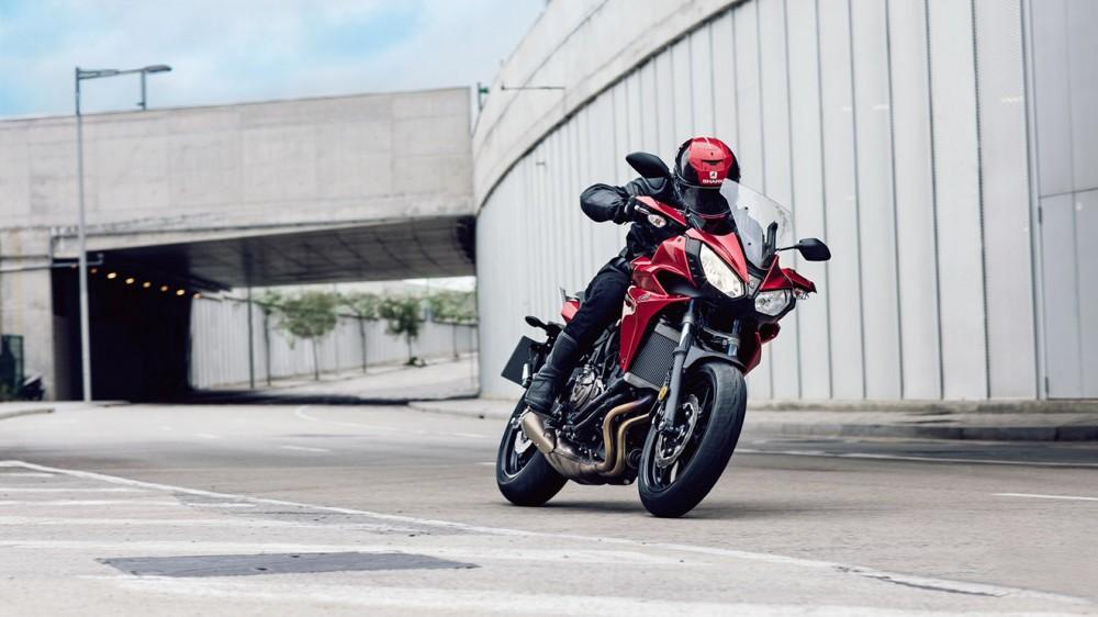 2016-Yamaha-MT07TR-EU-Radical-Red-Action-012
