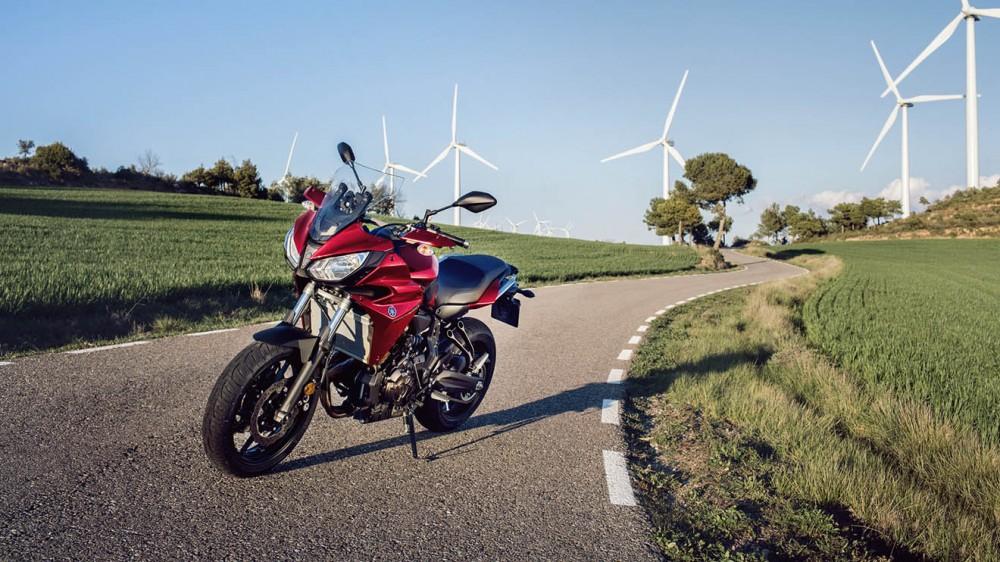 2016-Yamaha-MT07TR-EU-Radical-Red-Static-001