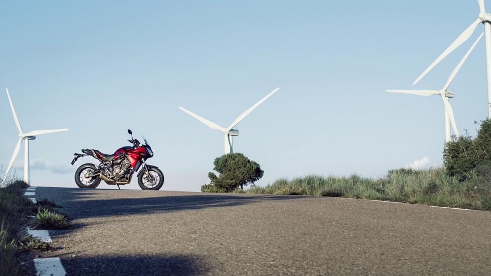 2016-Yamaha-MT07TR-EU-Radical-Red-Static-002