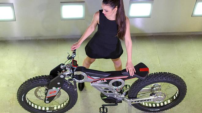 Bike-con-modella-11-1-710x470
