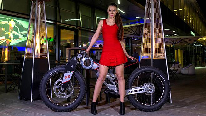 Carbon-Bike-con-modella-2