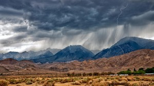 lightning_in_desert_mountains-1547184