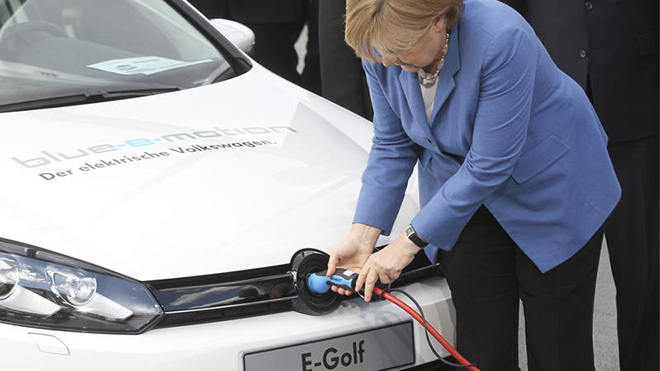 20160203%5C20160203115456angela-merkel-chancellor-German-electric-cars-VW-e-car-E-Golf-hybrid-plug-in-Source-ddp-images-Joerg-Sarbachj