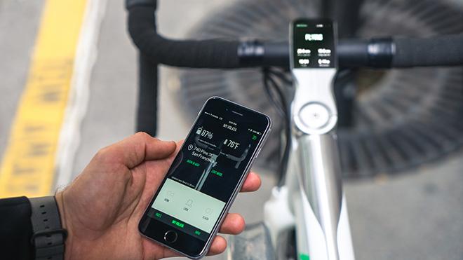 Telefonla bağlantılı olarak kullanılan akıllı bisiklet