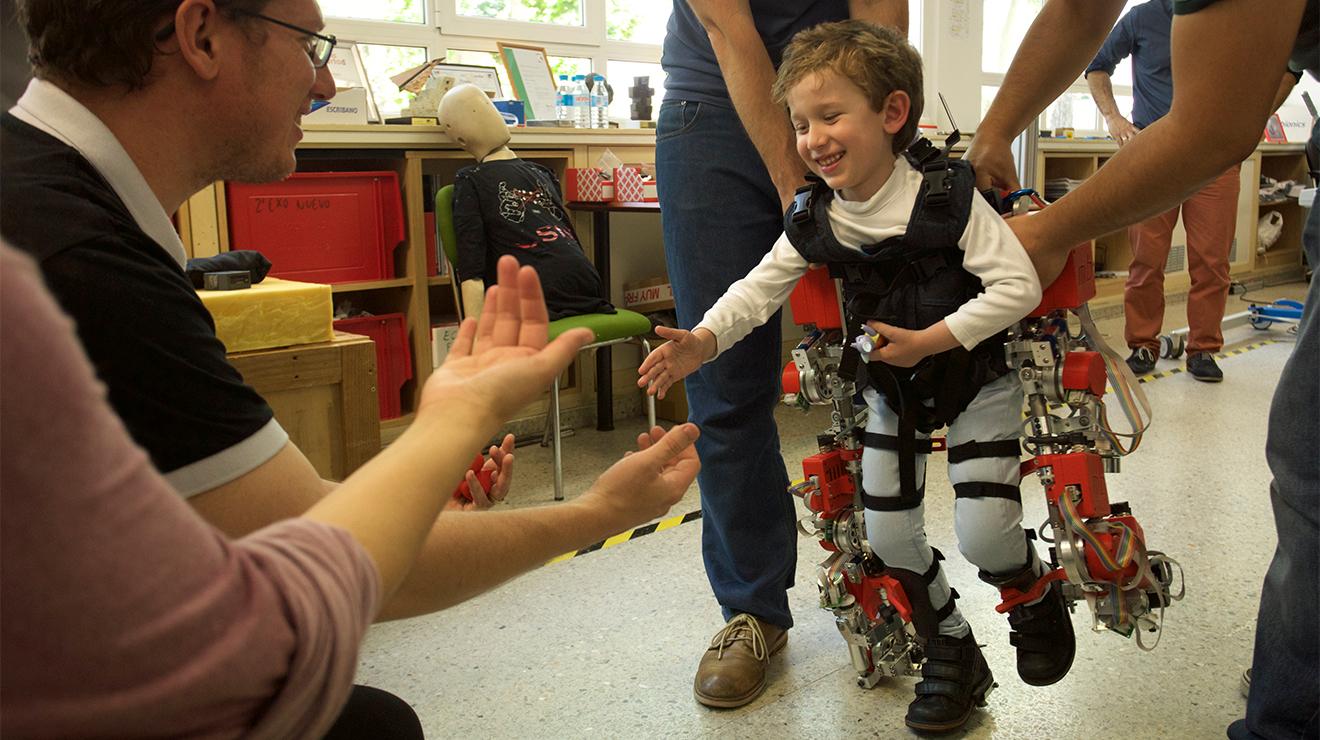 Dünyanın ilk çocuklara özel robot protezi