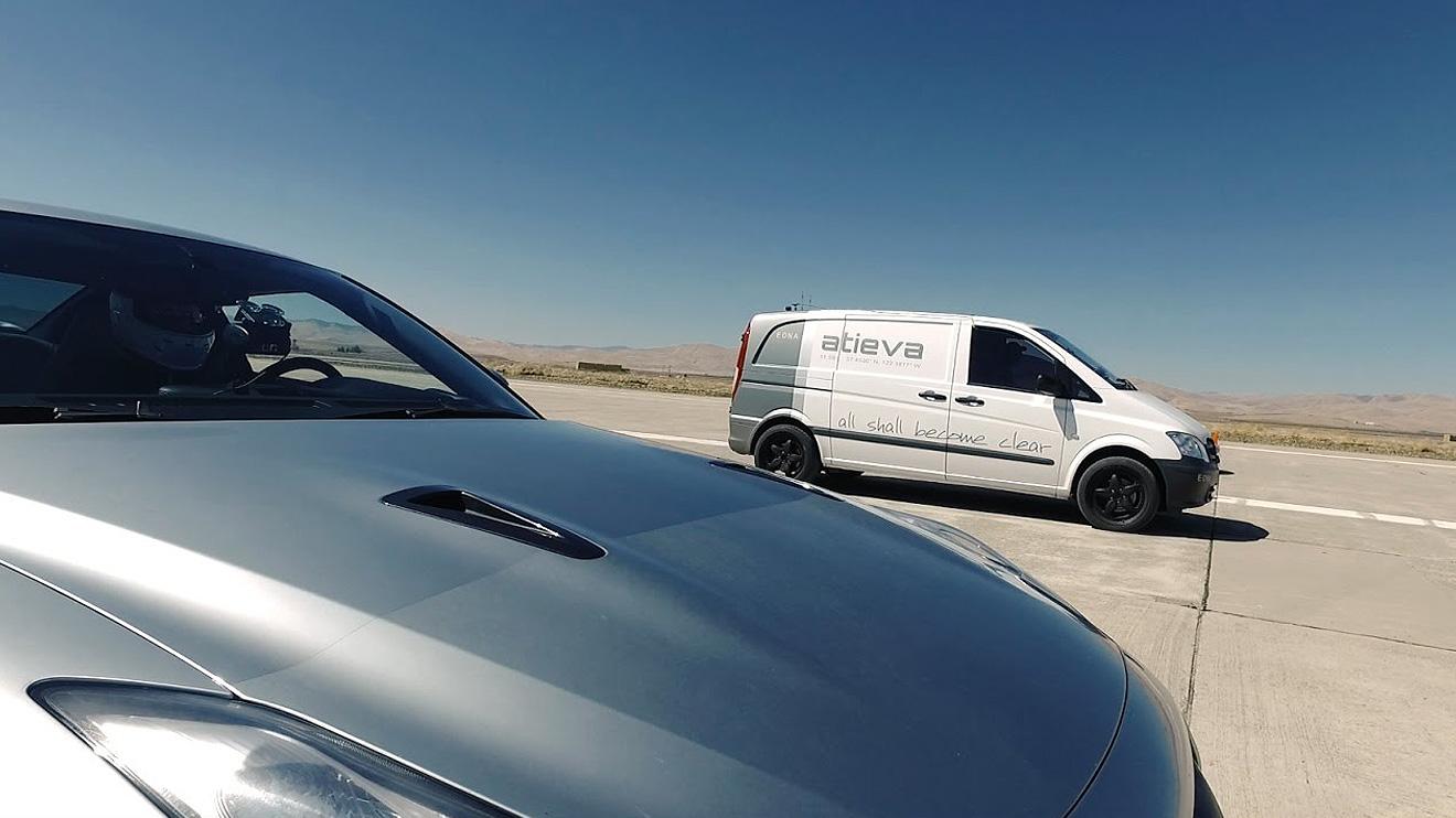 Ferrari ve Nissan GT-R'a stop lambası gösteren elektrikli minibüs