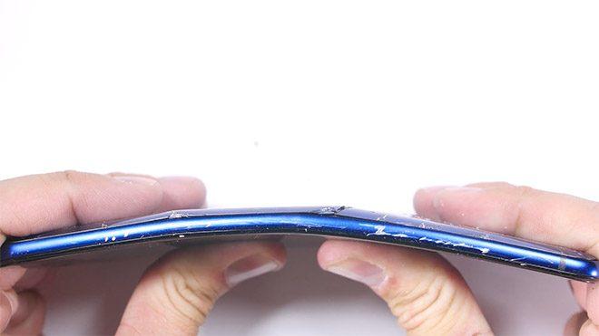 HTC U Ultra'nın sağlamlık testinde hayal kırıklığı yaratan sonuç [Video]