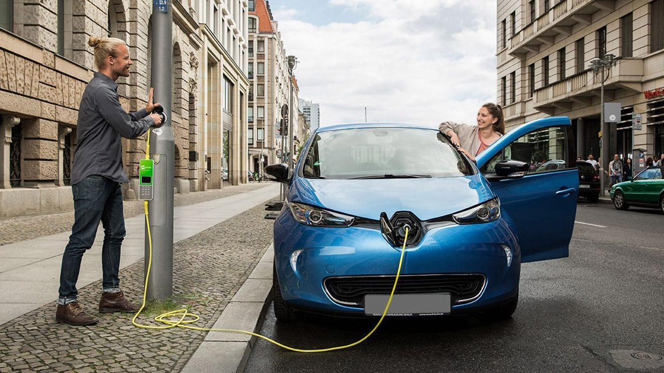 Londra'da elektrikli araçlar için enfes proje; sokak lambaları şarj istasyonuna dönüşüyor