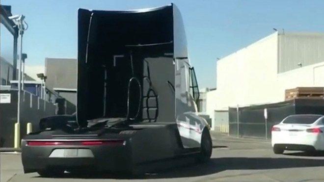 Hazırlıklar devam ediyor; Tesla Semi prototip versiyonuyla asfaltta yakalandı [İzle]