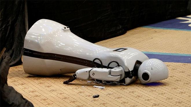 Sahneden düşerek parçalanan yerli insansı robot Mini Ada hakkında resmi açıklama
