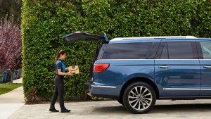 Amazon otomobil bagajına paket teslimat
