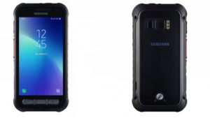 """Samsung Güney Kore merkezli teknoloji devi Samsung, kısa süre önce Galaxy Xcover FieldPro isimli yeni akıllı telefon modelini tanıttı. Bu model spesifik bir kitleye hitap ediyor. Samsung imzalı bu yeni akıllı telefon modeli Galaxy Xcover FieldPro,açıklandığı kadarıyla ajanlar ve kolluk kuvvetlere özel olarak tasarlanmış. Kaya gibi bir gövdesi bulunan cihaz, büyük darbelerden bile etkilenmiyor ve su geçirmiyor. Ne kadar sağlam olduğunu tasarımı da açıkça gözler önüne seren cihaz, askeri sınıf MIL-STD-810G ve IP68 sertifikalarına sahip. Model 5,1 inç QHD bir ekran üstüne kuruluyor ve gücünü Exynos 9810 işlemci ile 4 GB RAM'den alıyor. 64 GB dahili hafızası microSD ile 512 GB kadar artırılabilen telefon, 4.500 mAh pile sahip. Pili değiştirilebilen akıllı telefon, önünde 8 megapiksel, arkasında ise 12 megapiksel kamera taşıyor. Parmak izi sensörü arka kameranın hemen yanına konulan cihaz, kutusundan Android Pie ile çıkıyor ancak Android 10 alacak deniyor. Bünyesinde zorlu şartlarda ve eldiven ile rahat kullanım için fiziksel butonlar yer alan cihaz, yurt dışı için özel bağlantı seçeneklerine de sahip. Son kullanıcıya hitap etmeyen Samsung Galaxy Xcover FieldPro,saha kullanımı için çok güzel görünüyor. [haber id=""""576712""""] Samsung Galaxy Xcover FieldPro Modelin elbette bir satış fiyatı paylaşılmıyor. Bu cihaz için resmi kurumların Samsung ile görüşmesi gerekiyor. İlginizi Çekebilir Google'ın Pixel 4 akıllı telefonları"""