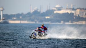Motokros efsanesi, İstanbul Boğazı'nı sudan motosikleti ile geçti